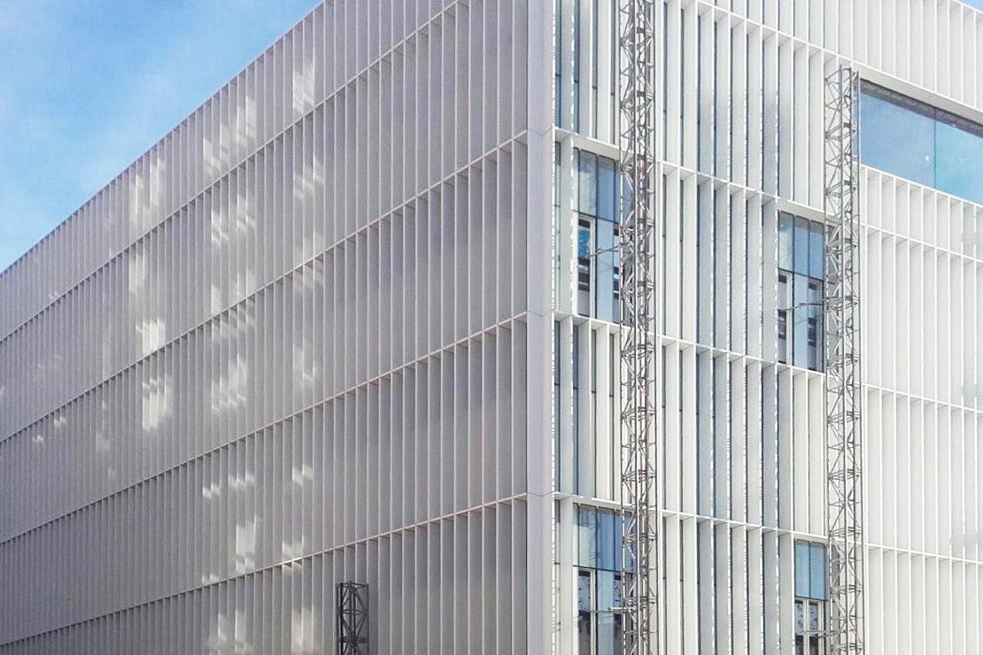 Biocruces_montaje fachada muro cortina_Riventi