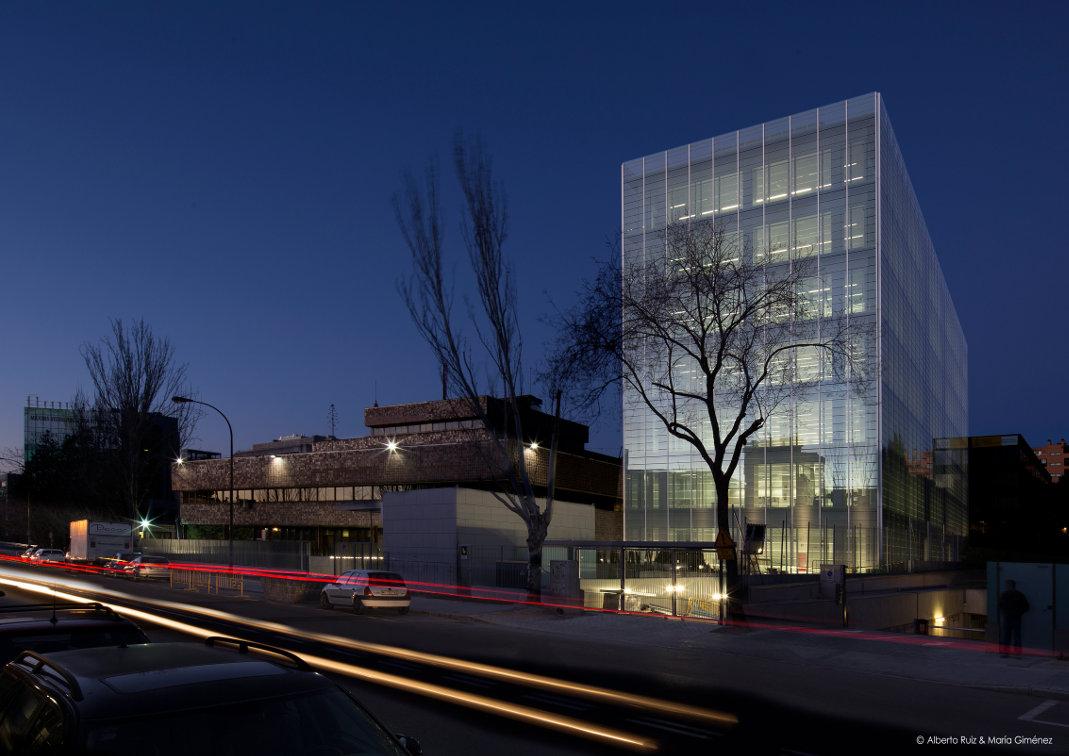 Fachada-doble-piel-muro-cortina-edificio-oficina-bayon-arquitectos-calle-torrelaguna-riventi (2)