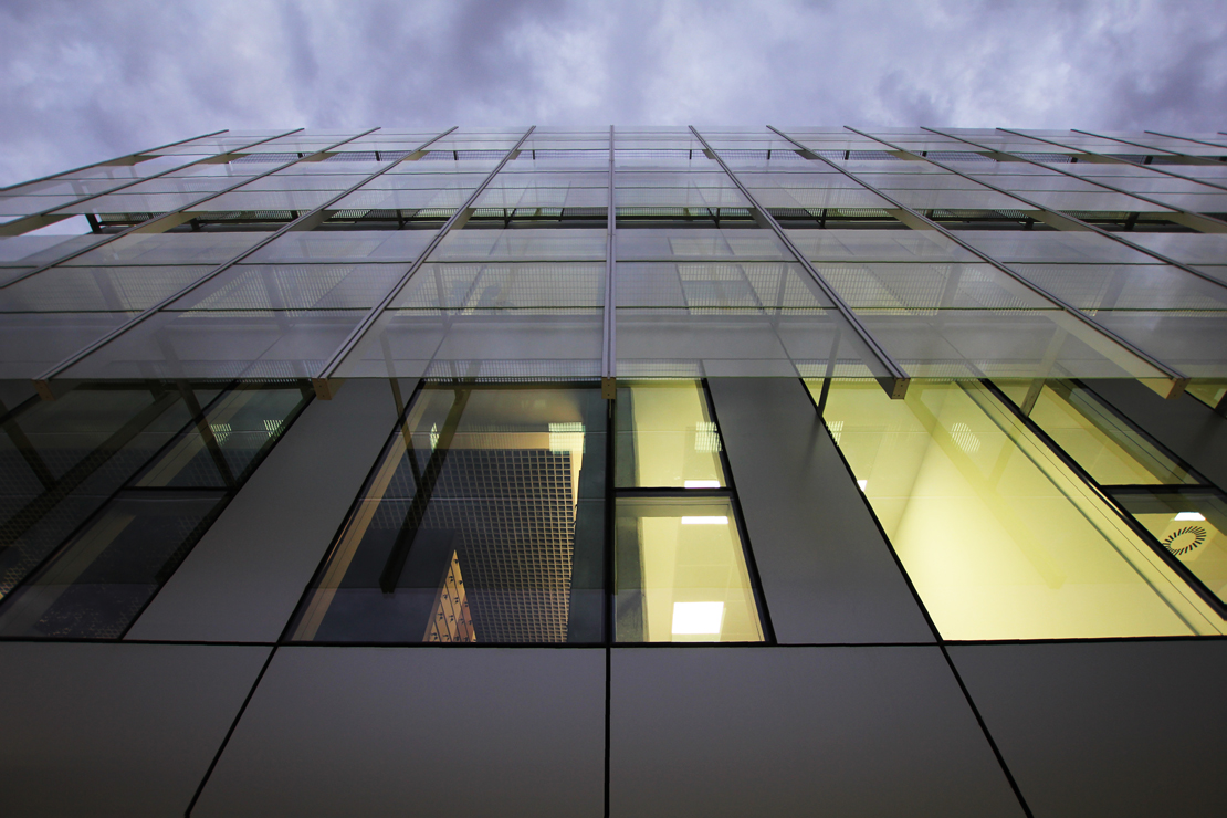 Fachada-oficinas-eiffage-energía-doble-piel-riventi-muro-cortina (11)