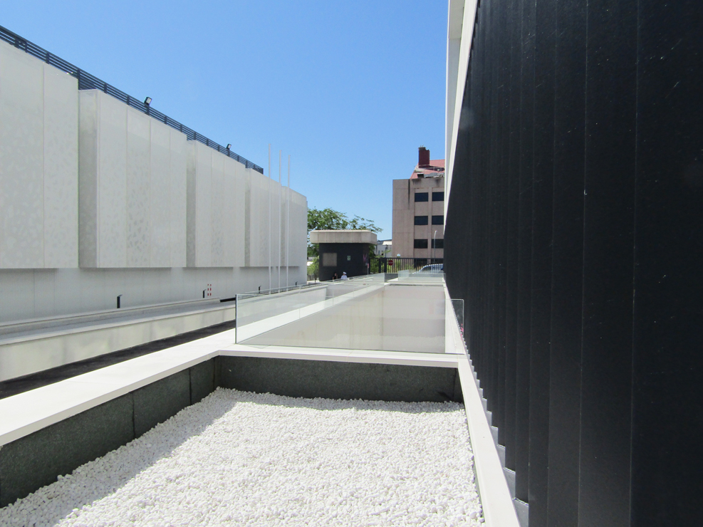 R-194_Laboratorios Merck_fachada_Riventi_muro-cortina_chapa perforada (2)