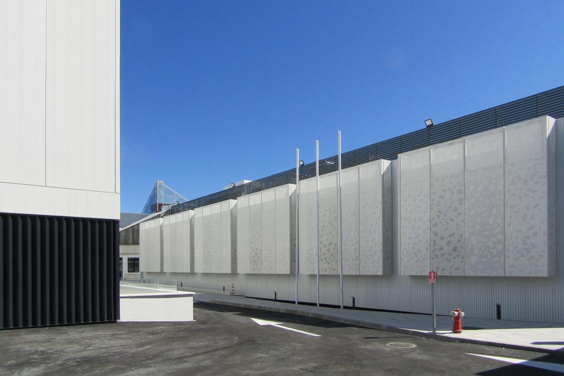 R-194_Laboratorios Merck_fachada_Riventi_muro-cortina_chapa perforada (4)