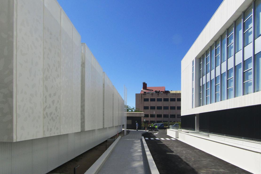 R-194_Laboratorios Merck_fachada_Riventi_muro-cortina_chapa perforada (6)