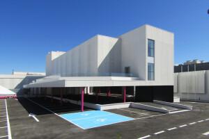 R-194_Laboratorios Merck_fachada_Riventi_muro-cortina_chapa perforada (8)