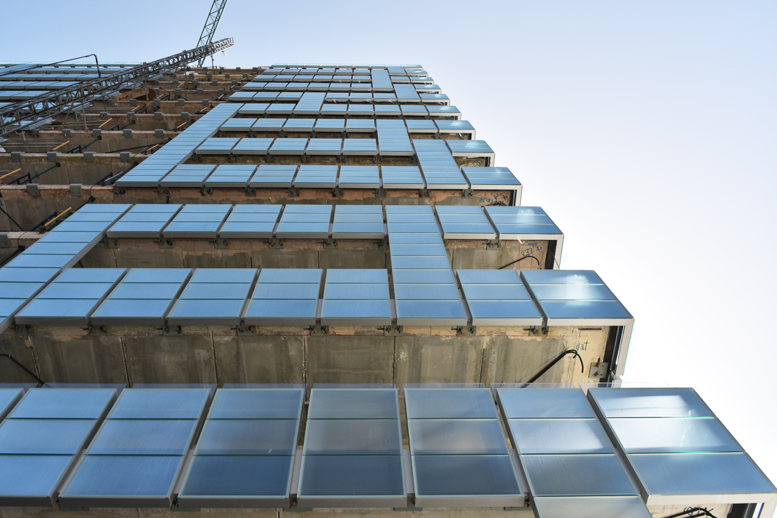 edificio-luz-fachada-doble-piel-muro-cortina-barandilla-riventi_ (1)