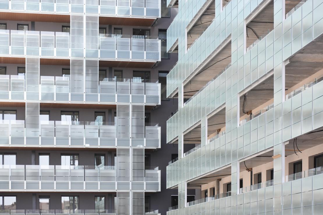 edificio-luz-fachada-doble-piel-muro-cortina-barandilla-riventi_ (5)