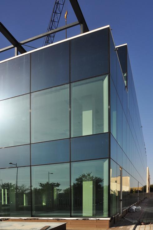 muro-cortina-oficinas-charmex-II-fachada-riventi (1)
