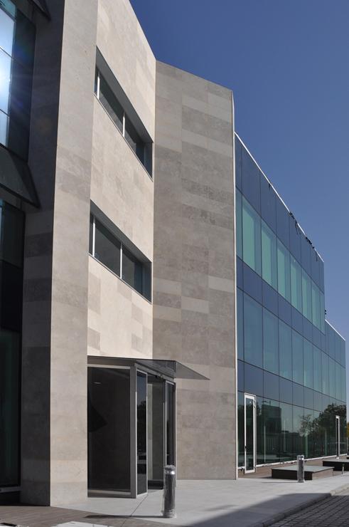 muro-cortina-oficinas-charmex-II-fachada-riventi (2)