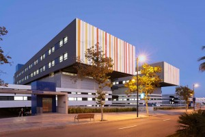 Fachada-Hospital-Can-Misses-Riventi-muro-cortina