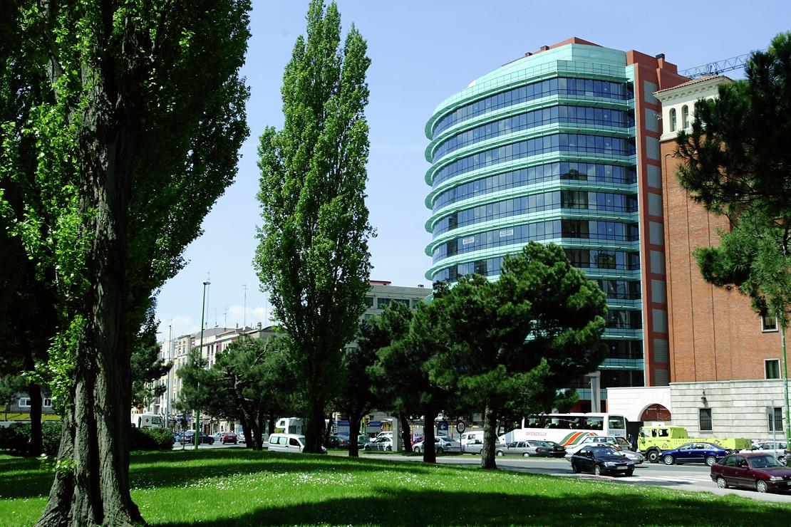Fachada_modular_muro_cortina_parasoles_Edificio_Plaza_Rey_Burgos_Riventi (2)