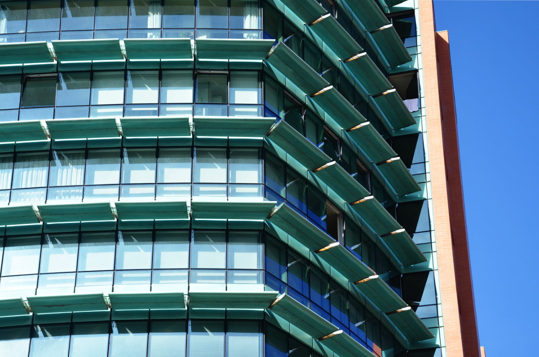 Fachada_modular_muro_cortina_parasoles_Edificio_Plaza_Rey_Burgos_Riventi (6)