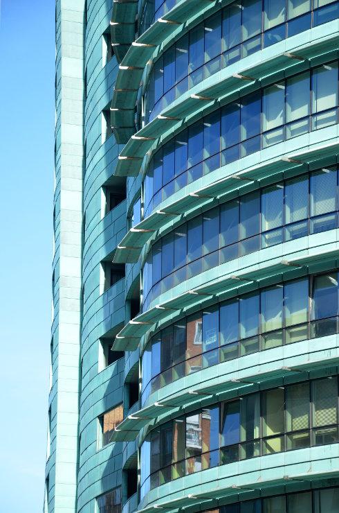 Fachada_modular_muro_cortina_parasoles_Edificio_Plaza_Rey_Burgos_Riventi (7)