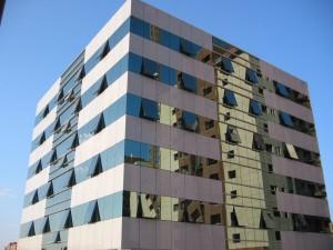 Oficinas Edificasa Riventi Fachada sistema de muro cortina para vidrio y piedra