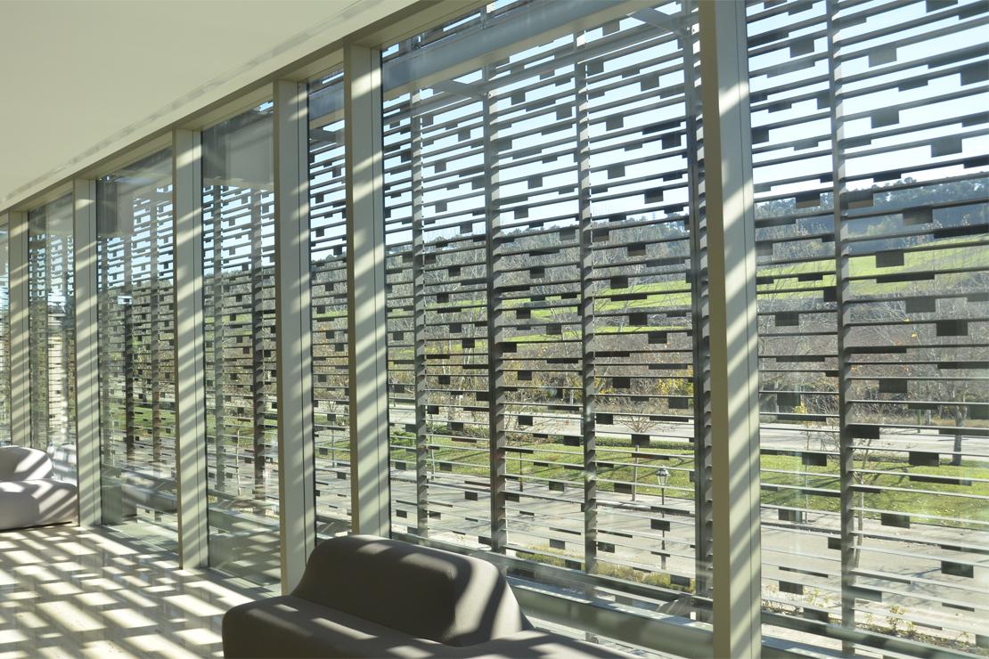Fachada Doble piel Celosía aluminio y  muro cortina.