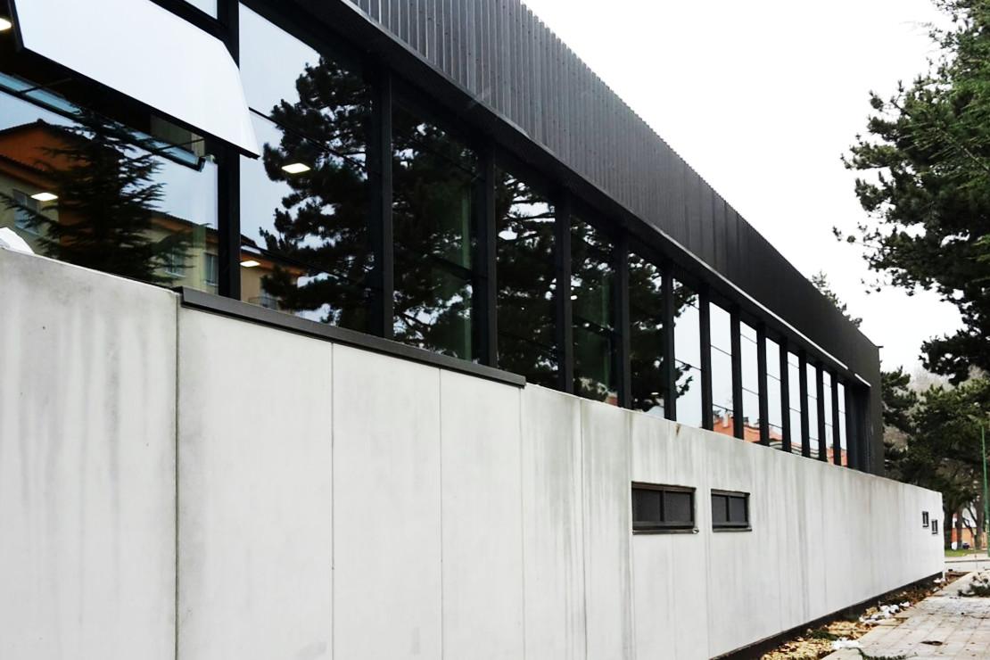 Fachada Muro cortina Riventi Polideportivo Colegio Sagrada Familía