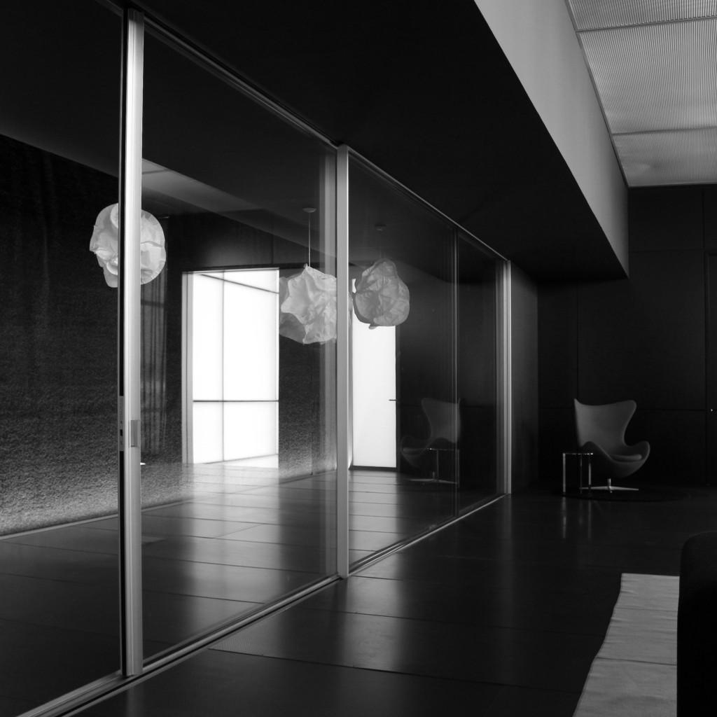 Ventana minimalista de grandes dimensiones showroom