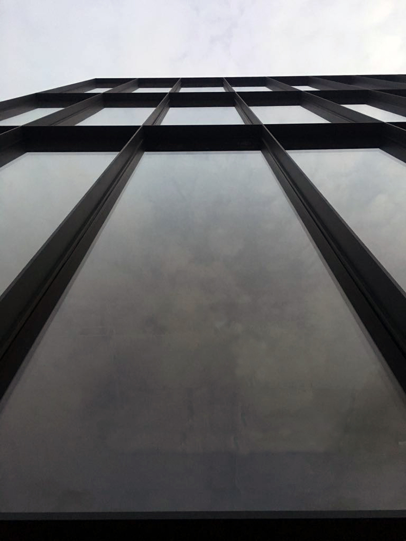 Sistema stick de muro cortina R50T con tapeta especial.